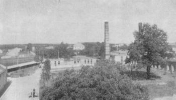 Dziedziniec fabryczny dawniej pałacowy w głebi zachowane skrzydło klasztoru misjonarzy lata 70 - źródło Franciszek Kotula Głogów Małopolski 1970